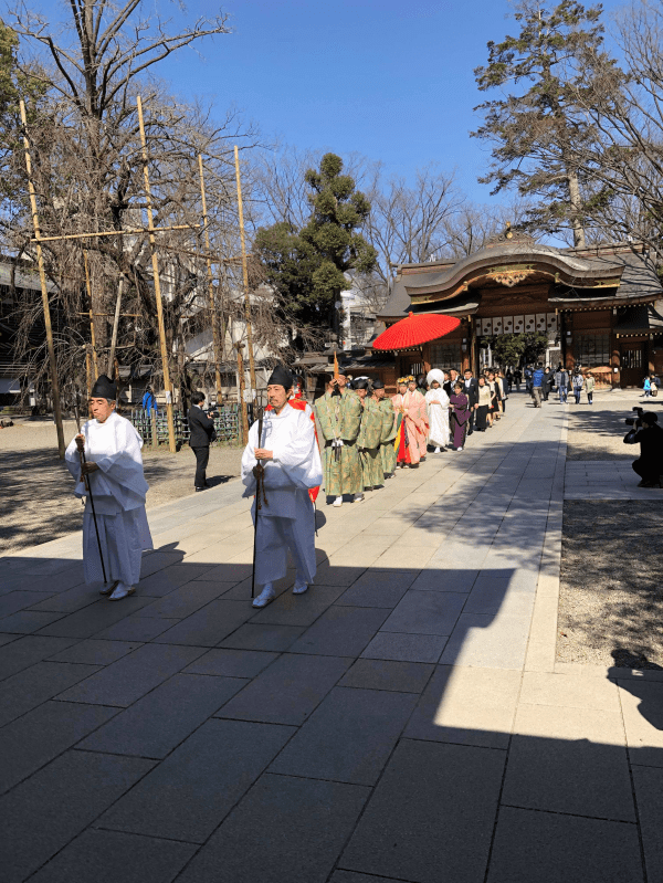 祐気取り先の大國魂神社で結婚式に出合う